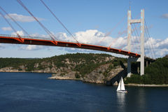 Barco que cruza un puente en Suecia Imágenes de archivo libres de regalías