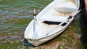Barco que deriva cerca del embarcadero almacen de metraje de vídeo