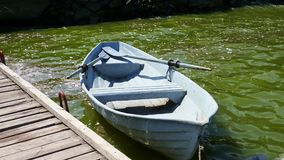 Barco que deriva cerca del embarcadero metrajes