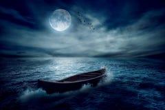 Barco que deriva lejos de pasado en el centro del océano después de tormenta sin curso fotografía de archivo libre de regalías