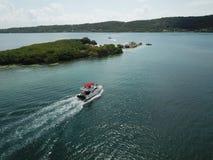 Barco que encuentra hapinnes en paraíso imágenes de archivo libres de regalías