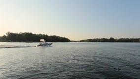 Barco que flota en el río almacen de metraje de vídeo