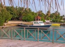 Barco que flota en la playa tropical hermosa Imagen de archivo