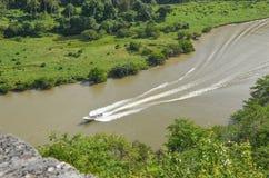 Barco que flutua no rio Fotografia de Stock Royalty Free