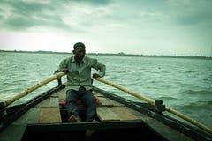 Barco que flutua no rio Ganga em Varanasi Foto de Stock
