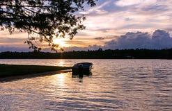 Barco que flutua pacificamente nas águas de Silver Lake, Canadá Imagem de Stock
