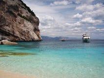 Barco que llega en Cerdeña imagen de archivo libre de regalías