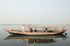 Barco que lleva a bengalí en el agua negra, Dacca, Bangladesh Foto de archivo libre de regalías