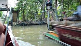 Barco que navega al mercado flotante en Bangkok, Tailandia metrajes