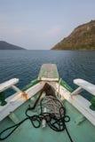 Barco que navega en el mar de Paraty Foto de archivo
