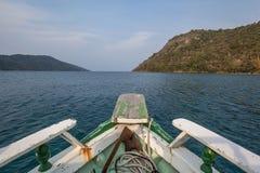Barco que navega en el mar de Paraty Fotografía de archivo