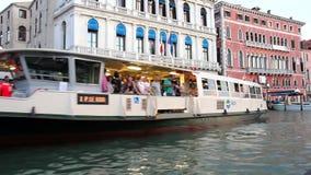 Barco que navega en un canal cerca de la estación de Rialto, Venecia, Italia