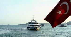 Barco que navega Estambul