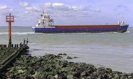 Barco que pasa cerca Imagenes de archivo