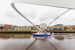Barco que pasa debajo del puente inclinado del milenio en Newcastle, Reino Unido Fotos de archivo