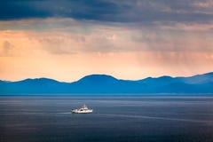 Barco que pasa la isla de Brac por la mañana lluviosa Croacia imágenes de archivo libres de regalías