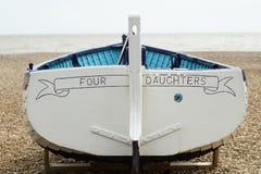 Barco que rema en la playa foto de archivo