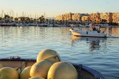 Barco que sai pescar no porto Foto de Stock Royalty Free