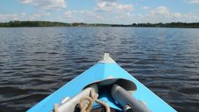 Barco que se mueve a través del agua, viajando, resto activo, canoa, kajak metrajes