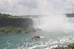 Barco que tenta obter longe da cachoeira de Niagara imagens de stock royalty free