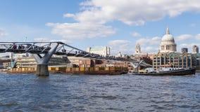 Barco que tira del cargo en el Támesis foto de archivo