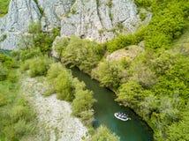 Barco que transporta en balsa en la opinión aérea del río Imagenes de archivo