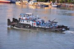 Barco que va abajo de un río Fotografía de archivo libre de regalías