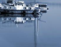 Barco que va abajo de un río Imagen de archivo libre de regalías