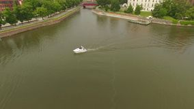 Barco que va abajo de un río almacen de video