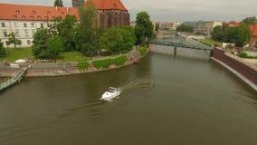 Barco que va abajo de un río metrajes