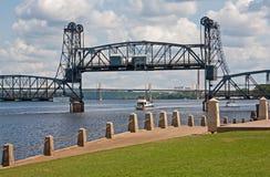 Barco que va debajo del puente de elevación Imagen de archivo libre de regalías