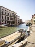 Barco que vai abaixo de um rio Fotografia de Stock Royalty Free