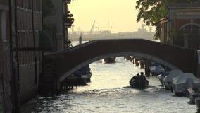 Barco que vai sob a ponte do canal foto de stock