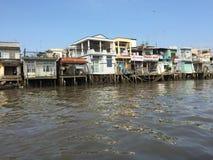 Barco que viaja en el río Imagenes de archivo