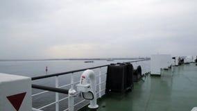 Barco que vira hacia el lado de babor en lluvia almacen de video