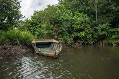 Barco quebrado na costa do rio Imagem de Stock