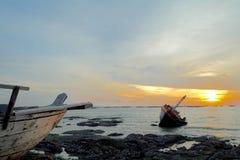Barco quebrado no mar no crepúsculo Fotos de Stock Royalty Free