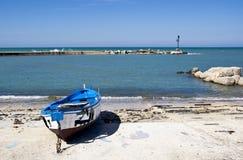 Barco quemado azul en la costa Bari, Italia   Imágenes de archivo libres de regalías