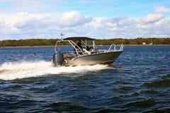 Barco rápido del motor en canotaje del poder de mar Báltico Imagenes de archivo