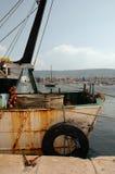 Barco rastreador aherrumbrado en Izola Fotos de archivo