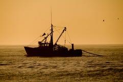 Barco rastreador de la pesca Imagen de archivo libre de regalías