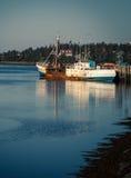 Barco rastreador de la pesca del abandono Fotos de archivo