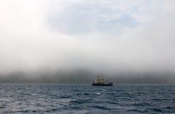 Barco rastreador de la pesca durante una tormenta en el Océano Pacífico Fotos de archivo libres de regalías