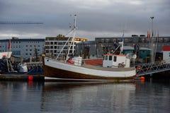 Barco rastreador de la pesca en el puerto de Reykjavik Fotos de archivo libres de regalías