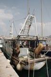 Barco rastreador de la pesca en Izola Fotografía de archivo