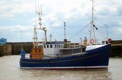 Barco rastreador de la pesca en puerto Imagenes de archivo