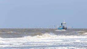 Barco rastreador de los pescados cerca de Zandvoort Fotografía de archivo libre de regalías
