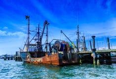 Barco rastreador oxidado viejo en el muelle Foto de archivo