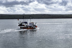 Barco rastreador y mar Foto de archivo