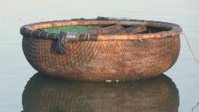 Barco redondo vietnamita de la cesta en el río amanecer El sol almacen de video
